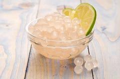 Perles de tapioca avec la limette. thé de bulle Images stock
