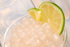 Perles de tapioca avec la limette. thé de bulle image libre de droits
