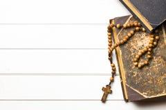 Perles en bois de chapelet avec le vieux livre image libre de droits