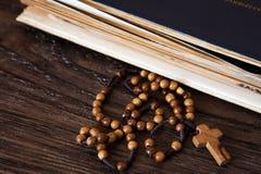 Perles en bois de chapelet sur de vieux livres Fond en bois photo libre de droits