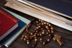 Perles en bois de chapelet sur de vieux livres Fond en bois images libres de droits