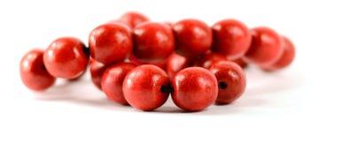 Perles en bois rouges d'isolement avec des chemins de coupure Image libre de droits