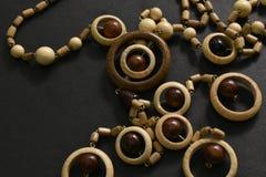 Perles en bois sur le fond noir image stock