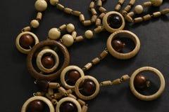 Perles en bois sur le fond noir images stock