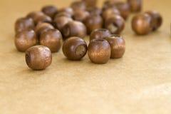 Perles en bois sur un fond Photographie stock libre de droits