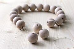 Perles en bois sur un fond en bois Image libre de droits