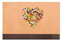 Perles en plastique colorées dans en forme de coeur Image libre de droits
