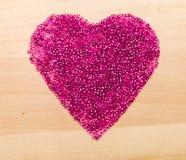 Perles en plastique dans en forme de coeur Photographie stock