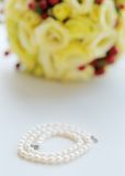 Perles et bouquet de mariage Photos stock
