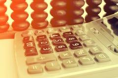 Perles et calculatrice en bois d'abaque sur W Photo libre de droits