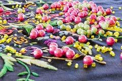 Perles et collier sur une serviette tricotée images stock