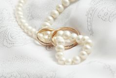 Perles et coups de mariage sur un tissu. images stock