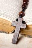 Perles, croix et bible de chapelet Photographie stock libre de droits