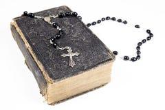 Perles, croix et bible de chapelet Images libres de droits