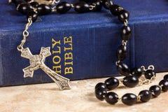 Perles, croix et bible de chapelet Photos stock