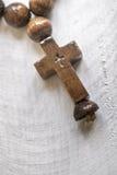 Perles et croix en bois de chapelet Photo libre de droits