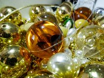 Perles et perles d'or brillantes colorées photo libre de droits