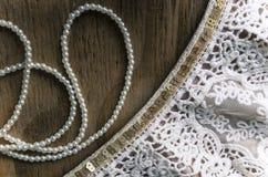 Perles et dentelle sur le bois Photographie stock libre de droits