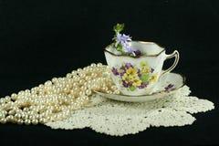 Perles et lacet de tasse de thé Photographie stock