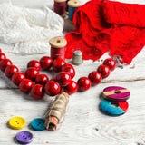 Perles, fil et tissu rouge Image stock