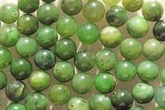 Perles minérales de pierres de néphrite verte naturelle de jade Vert et gras Image libre de droits