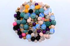 Perles multicolores sur un fond blanc Photo libre de droits