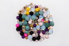 Perles multicolores sur un fond blanc Image libre de droits