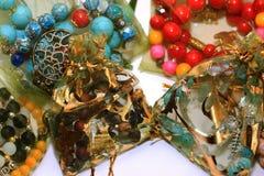 Perles multicolores sur un fond blanc Photos libres de droits