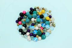 Perles multicolores sur un fond blanc Photographie stock