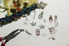 Perles multicolores sur un fond blanc Images libres de droits