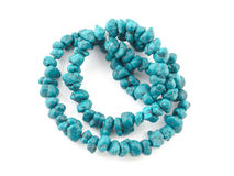 Perles naturelles de turquoise sur un fond blanc Photographie stock