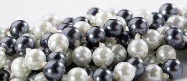 Perles noires et blanches photo stock
