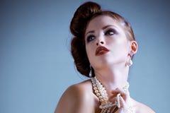 Perles s'usantes attrayantes de jeune femme photographie stock libre de droits