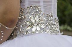 Perles sous forme de fleur Fragment de la robe de mariage blanche Image libre de droits