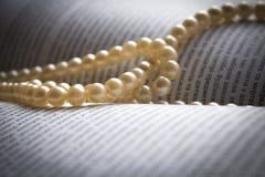 Perles sur le livre Photos stock