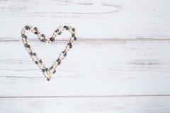 Perlez le coeur sur un fond rustique avec l'espace des textes Photo libre de droits