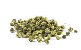 Perlez le thé vert, feuilles mobiles, d'isolement Images libres de droits