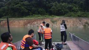 PERLIS, ΜΑΛΑΙΣΊΑ, τον Απρίλιο του 2015 Circa - άτομο που πετά ένα δίχτυ από μια βάρκα για να πιάσει τα ψάρια στη μέση ενός τροπικ απόθεμα βίντεο