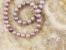 Perlt Halskette auf einem Stein Stockbild
