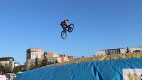 PERM, ΡΩΣΊΑ - 20 ΑΥΓΟΎΣΤΟΥ 2016: Στροφές ποδηλατών στον αέρα κατά τη διάρκεια του μεγάλου πρωταθλήματος αλμάτων αερόσακων της περ απόθεμα βίντεο