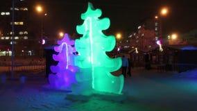 PERM, ΡΩΣΊΑ - 10 ΙΑΝΟΥΑΡΊΟΥ 2017: Δέντρα πάγου με το φωτισμό στο βράδυ, πόλη πάγου Perm το 2017 Ekosad - μεγαλύτερο στη Ρωσία φιλμ μικρού μήκους