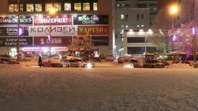 PERM, ΡΩΣΊΑ - 10 ΙΑΝΟΥΑΡΊΟΥ 2017: Οι άνθρωποι και τα αυτοκίνητα κινούνται κάτω από την οδό Λένιν, κτήρια με το φωτισμό στο χειμών απόθεμα βίντεο