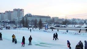 PERM, ΡΩΣΊΑ - 18 ΙΑΝΟΥΑΡΊΟΥ 2017: Οι άνθρωποι στον πάγο γλιστρούν μέσα την πόλη το 2017 Ekosad πάγου Perm - μεγαλύτερο στη Ρωσία  απόθεμα βίντεο
