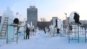 PERM, ΡΩΣΊΑ - 18 ΙΑΝΟΥΑΡΊΟΥ 2017: Οι καλλιτέχνες από τις διαφορετικές χώρες κάνουν τα γλυπτά στην πόλη πάγου, πόλη το 2017 Ekosad απόθεμα βίντεο