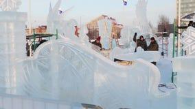 PERM, ΡΩΣΊΑ - 18 ΙΑΝΟΥΑΡΊΟΥ 2017: Οι καλλιτέχνες κάνουν τα γλυπτά πάγου στην πόλη πάγου, πόλη το 2017 Ekosad πάγου Perm - μεγαλύτ απόθεμα βίντεο
