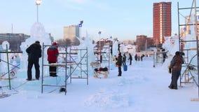 PERM, ΡΩΣΊΑ - 18 ΙΑΝΟΥΑΡΊΟΥ 2017: Οι καλλιτέχνες κάνουν τα όμορφα γλυπτά πάγου στην πόλη πάγου, πόλη το 2017 Ekosad πάγου Perm -  απόθεμα βίντεο