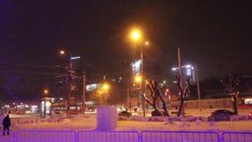 PERM, ΡΩΣΊΑ - 10 ΙΑΝΟΥΑΡΊΟΥ 2017: Τα αυτοκίνητα κινούνται κάτω από την οδό Popov κατά τη διάρκεια της χιονοθύελλας στο βράδυ, άπο απόθεμα βίντεο