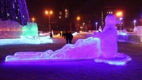 PERM, ΡΩΣΊΑ - 10 ΙΑΝΟΥΑΡΊΟΥ 2017: Φωτογραφική διαφάνεια με το φωτισμό στο βράδυ, πόλη πάγου Perm το 2017 Ekosad - μεγαλύτερο στη  απόθεμα βίντεο