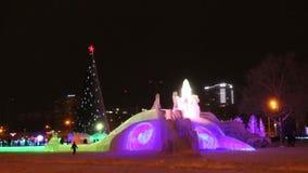 PERM, ΡΩΣΊΑ - 10 ΙΑΝΟΥΑΡΊΟΥ 2017: Χριστουγεννιάτικο δέντρο και φωτογραφική διαφάνεια με το φωτισμό στο βράδυ, πόλη πάγου Perm το  απόθεμα βίντεο