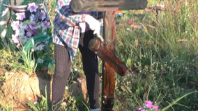 Perm, Ρωσία - 13 Ιουλίου 2016: Η γυναίκα χρωματίζει έναν ξύλινο σταυρό απόθεμα βίντεο